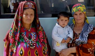 Tajik women and a child by bus. Photo: Agi Kiss © The World Bank